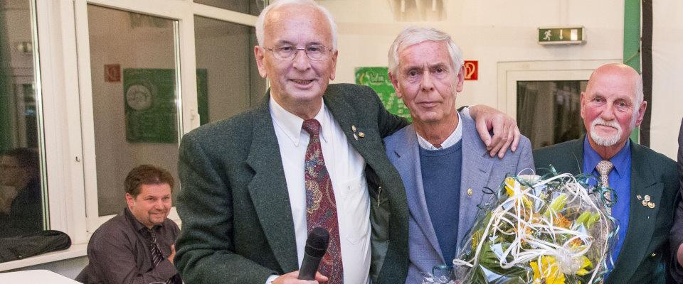 VfB-Aufsichtsrats-Sprecher Dietmar Scholzee ehrt Ehrenmannschaftsführer Jürgen Brinckmann.  VfB Lübeck Jahreshauptversammlung, Fußball, RLN, 15.10.15