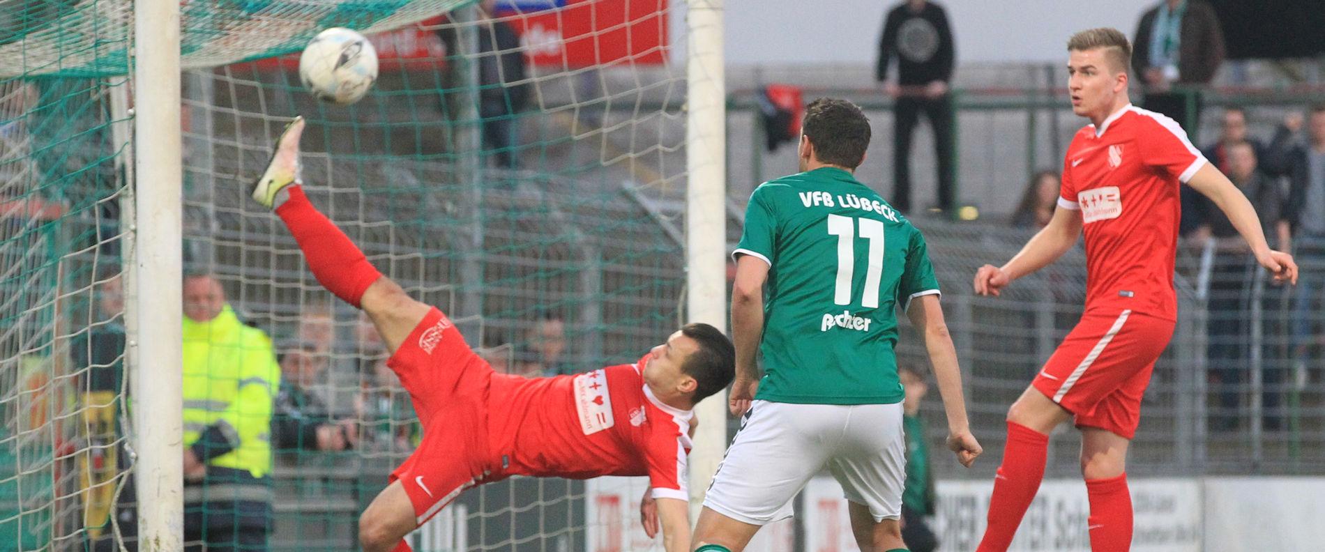 Andrej Startsev (TSV Havelse) rettet auf der Linie vor dem heranstürmenden Stefan Richter (VfB Lübeck)