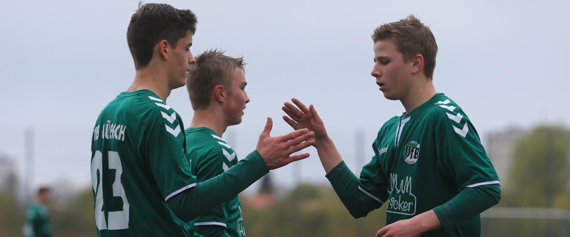 Freude / Jubel / Torjubel nach dem 9:0 durch Mika Paul Salewski (VfB Lübeck U15) mit Timon Burmeister (VfB Lübeck U15) und Jasper Schnoor (VfB Lübeck U15)
