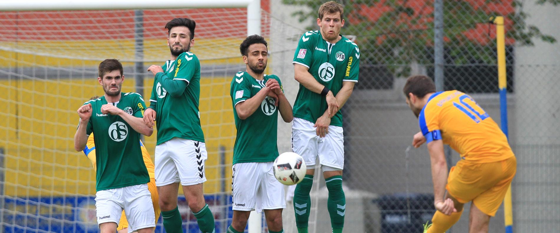 Zweikampf zwischen Morten Rüdiger (Eintracht Braunschweig II) und Junior Ebot-Etchi (VfB Lübeck)