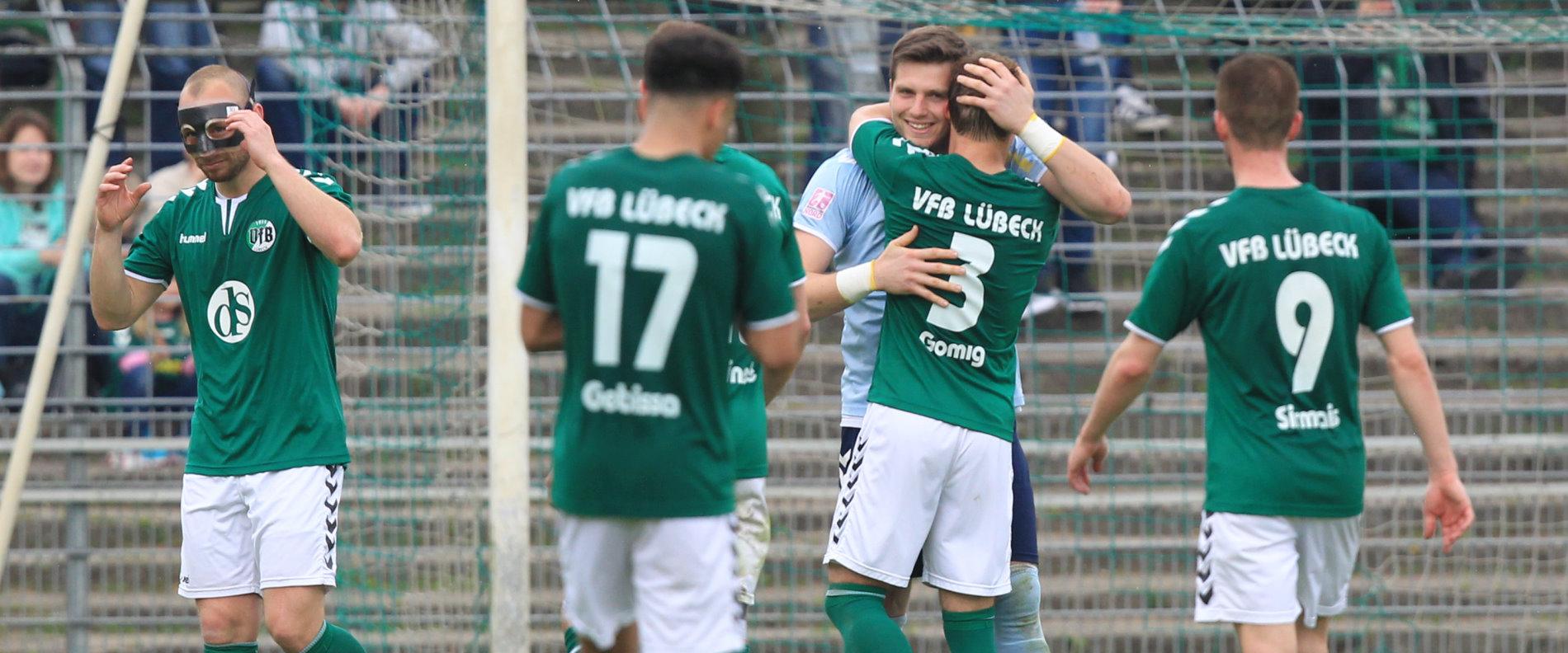 Jonas Toboll (VfB Lübeck) wird bei seiner Auswechslung von seinen Mitspielern umarmt