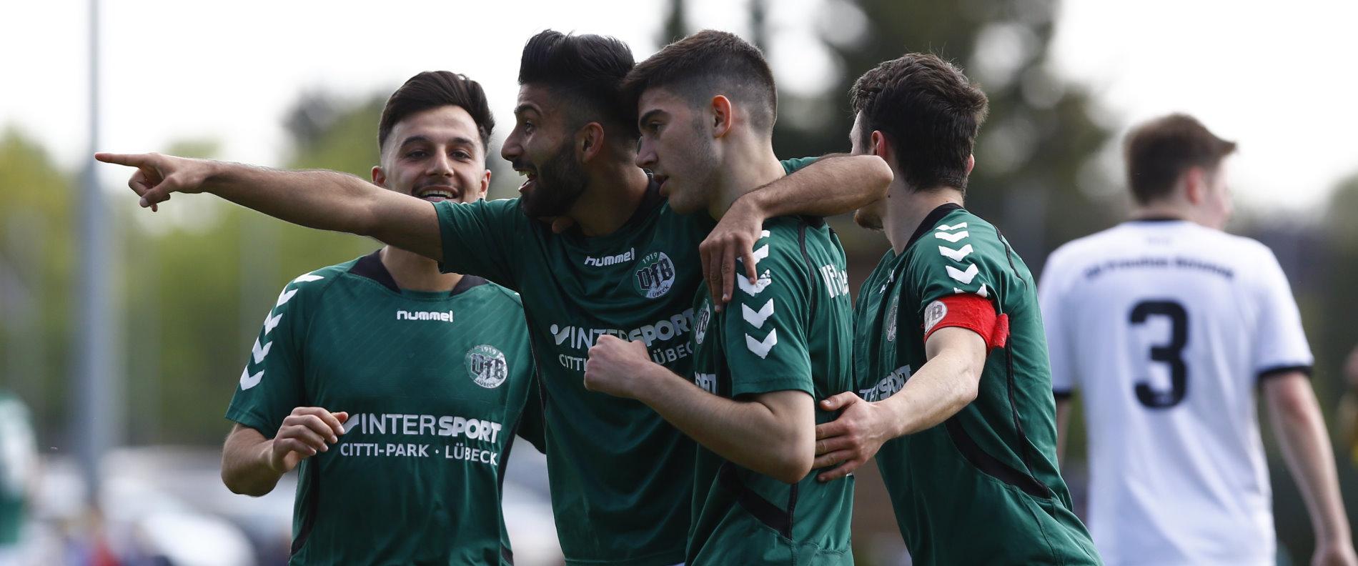 Freude / Jubel / Torjubel nach dem 2:0 durch A. Abou Rashed (VfB Lübeck II zweiter von Rechts)