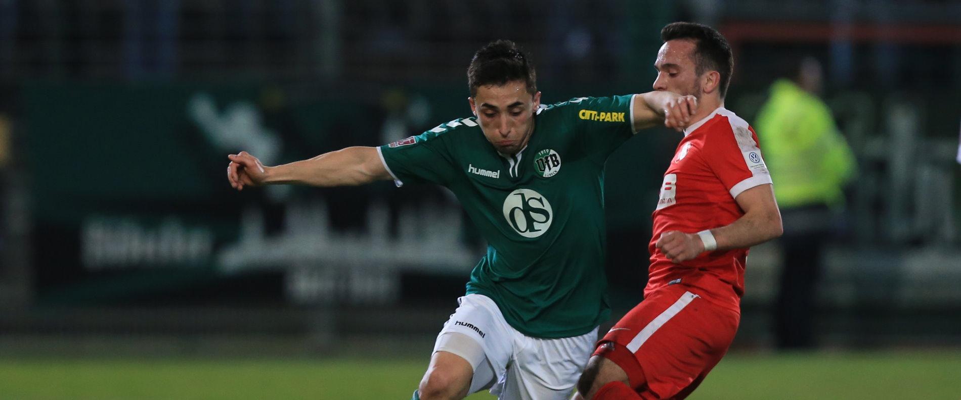 Zweikampf zwischen Aleksander Nogovic (VfB Lübeck) und Deniz Cicek (TSV Havelse)