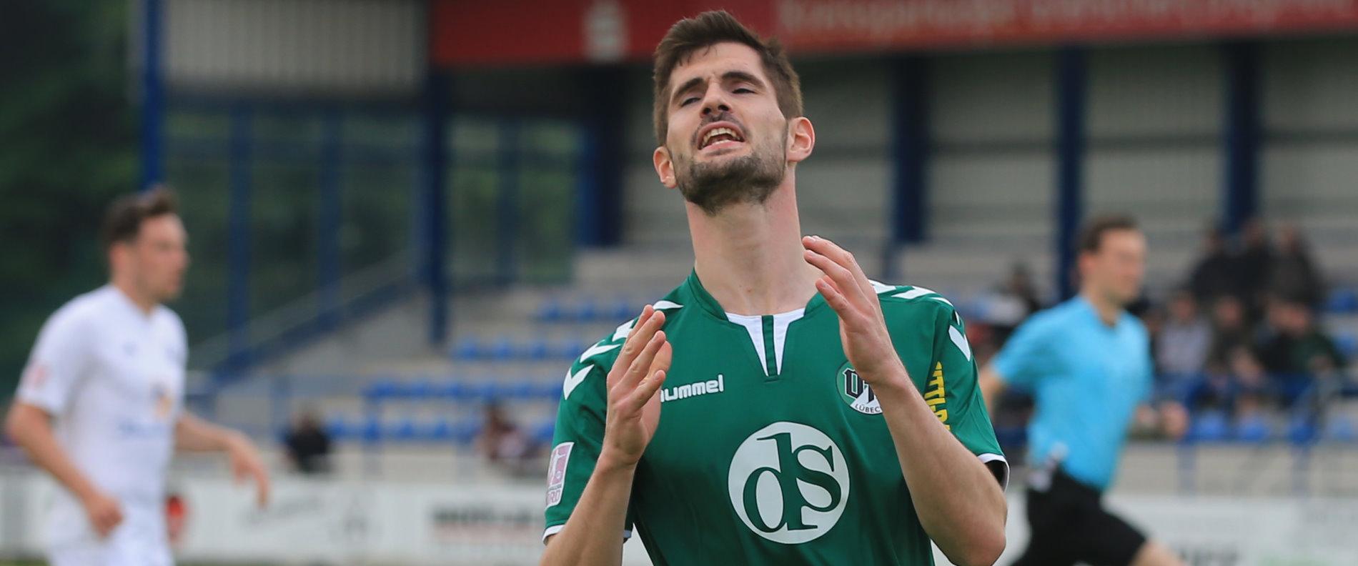 Gary Noel (VfB Lübeck) ärgert sich nach einer vergebenen Torchance