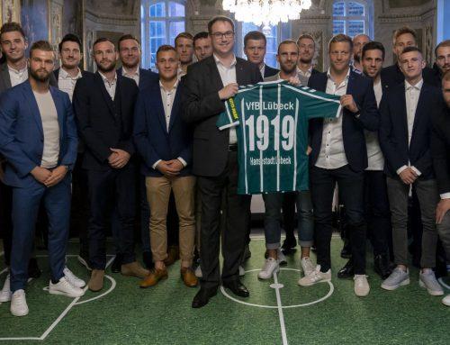 Zum 100sten: Bürgermeister Jan Lindenau lud VfB ins Rathaus ein