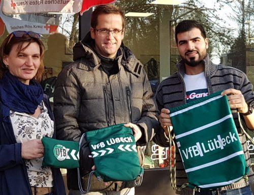 Zwei Jubiläen und eine gemeinsame Sache – DRK und VfB starten den Verkauf der limitierten Fan-Kollektion