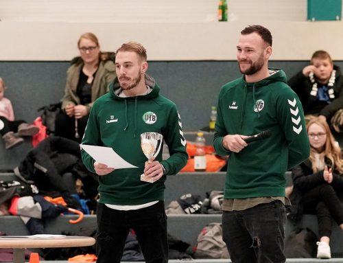 VfB-Kicker ehren Sieger des siebten Nikolausturniers der Albert-Schweitzer-Schule