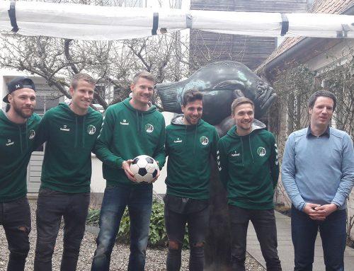 Splitter: VfB-Kicker tragen legendäres WM-Tor ins Günter Grass-Haus