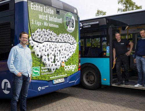 Überraschung zum Aufstieg: Aufstiegsmotiv auf zwei Bussen